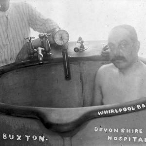 Whirlpool_bath_in_Devonshire_Hospital,_Buxton,_c.1910._Wellcome_L0011222